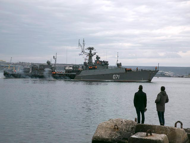 Российский военный корабль во время шторма. Североатлантический поход в 2004 году